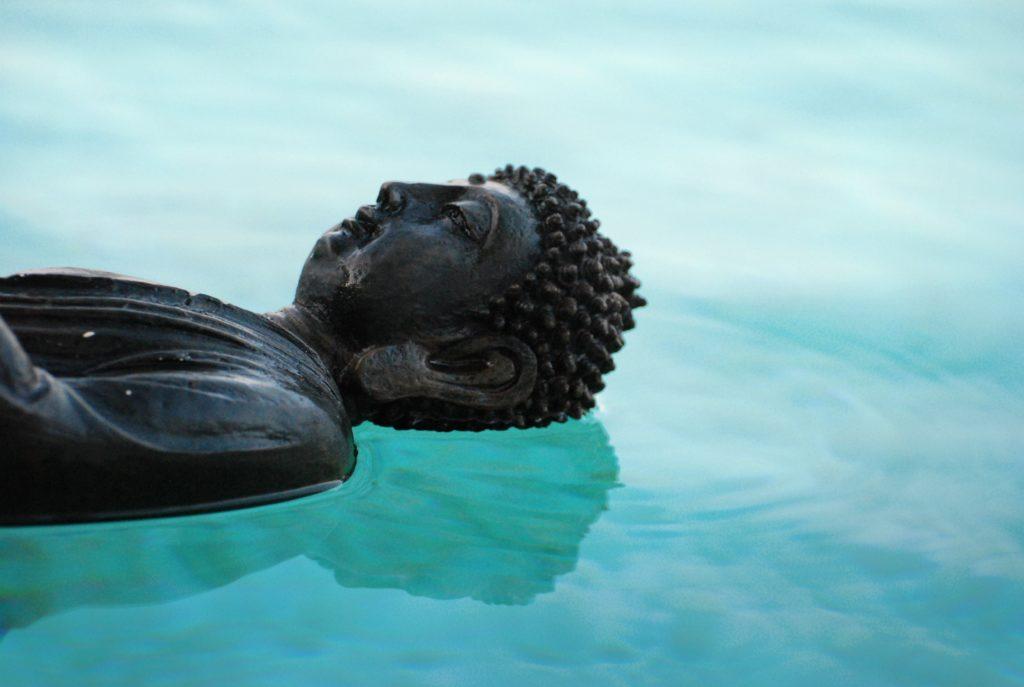 Buddha schwimmend
